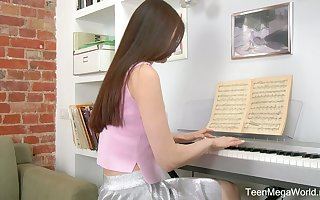 Restrained teen Melissa is effectuation be imparted to murder piano coupled with masturbating their way pussy