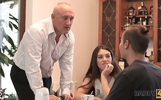 Sex-starved teen Tiffany hooks fingers on experienced stepdad be expeditious for the brush day